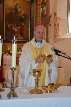 Žehnání obnoveného oltáře ve hřbitovním kostele